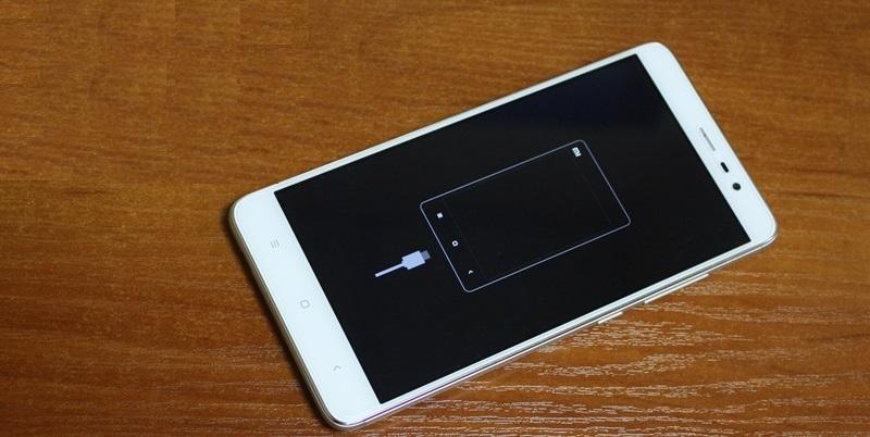 poyavleniya-na-ekrane-silueta-telefona-s-podklyuchennym-kabelem.jpg
